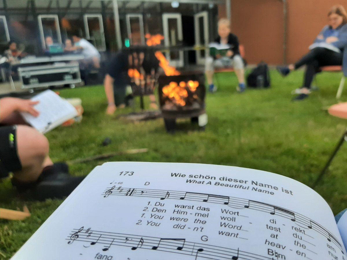 Ein aufgeschlagenes Liederbuch am Lagerfeuer