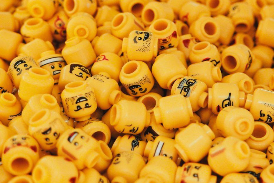 Köpfe von Lego-Figuren